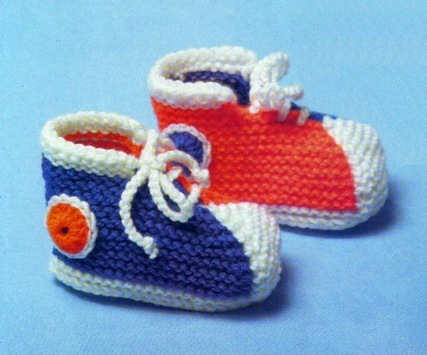 На фото представлено вязание детских пинеток спицами.  Обратите внимание, что модель одна и та же, а дизайн разный.