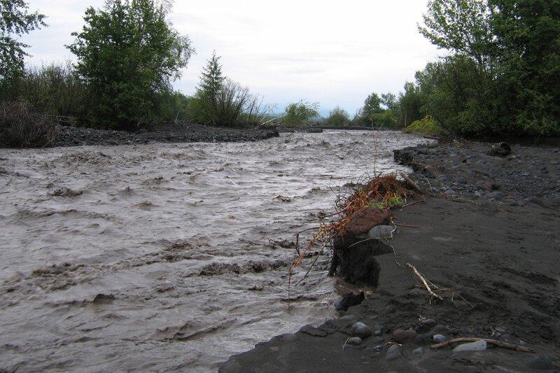Берег реки у вулкана Толбачик, Камчатка