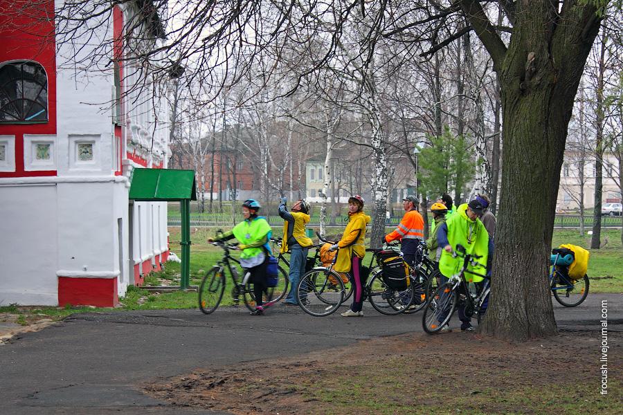 Участники первомайского велопробега из Костромы осматривают достопримечательности Угличского кремля
