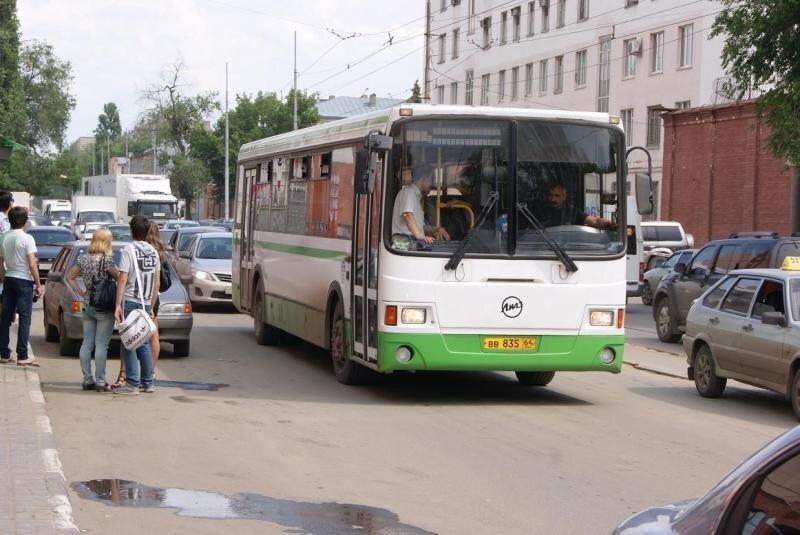 """- Движение автобусов  """"Саратов-Энгельс """" по новому маршруту только осложнит ситуацию на ул. Кутякова и поставит под..."""