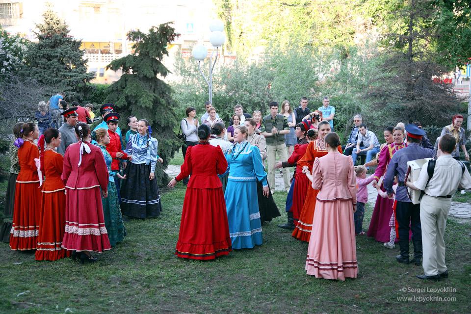 На лужайке перед музеем выступал казачий хор. Акция «Ночь в музее» в Волгоградском областном краеведческом музее.