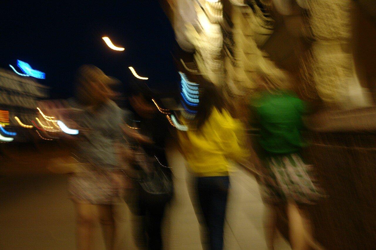 Фото брюнеток гуляющих в парке 13 фотография