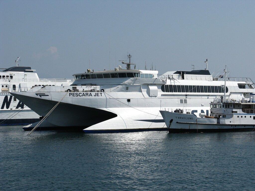 Неаполь. Морской порт. Скоростной катамаран Pescara Jet