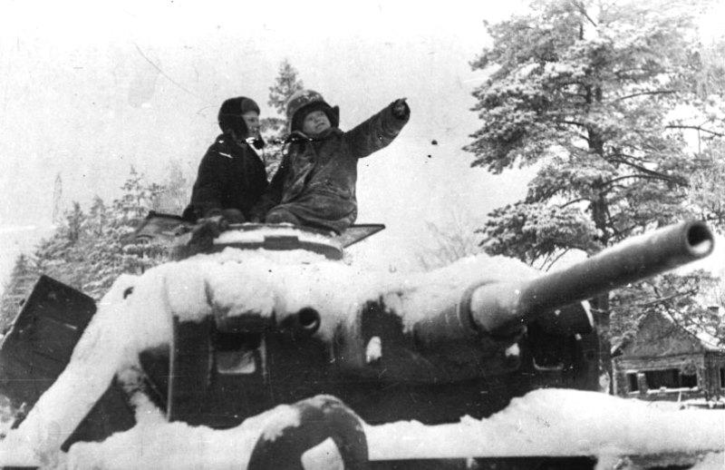 Дети на башне брошенного немецкого танка Pz.Kpfw.III. Зима 1941 -1942 гг.