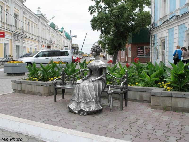 Скульптура дамы на скамейке