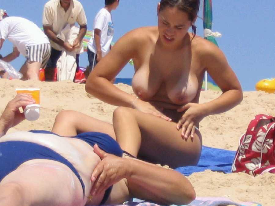 видео девушка на пляже топлес