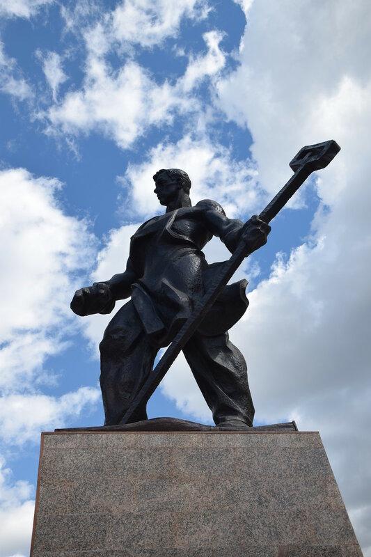 Памятник «Металлург» (Магнитогорск).JPG