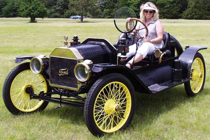 Ford Speedster. Этот минималистический автомобиль создали в далеком 1932 году. Его название Ford Spe