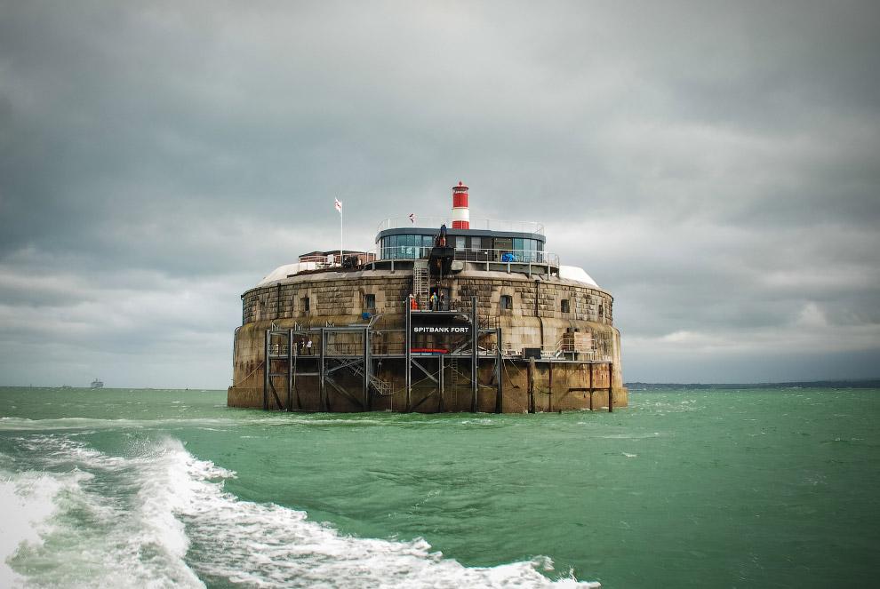13. Спитбанк Форт (Spitbank Fort) был построен в викторианскую эпоху для защиты Великобритании от фр
