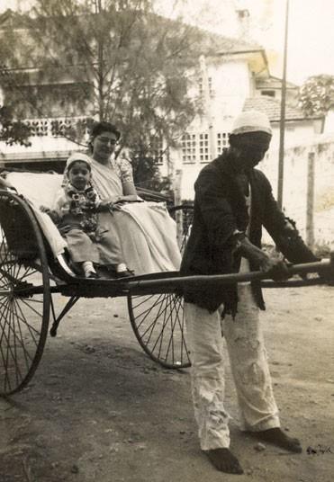 По дороге в Огненный храм для празднования дня рождения. Обычно семья ездила туда на такси, но мать