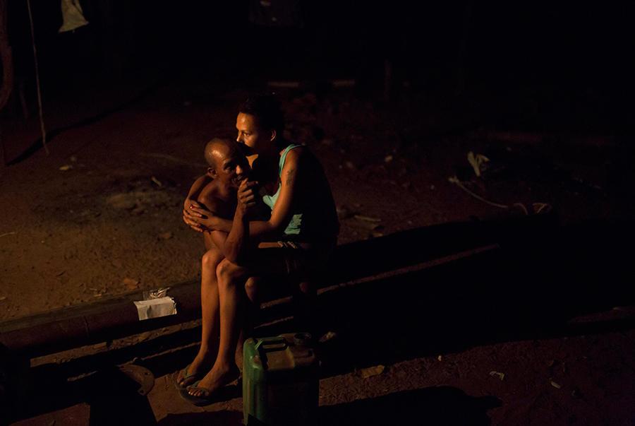 15. 39-летний Амадеу де Хесус (слева) и 29-летняя Глеайс да Консесайо (справа) отдыхают после ужина.
