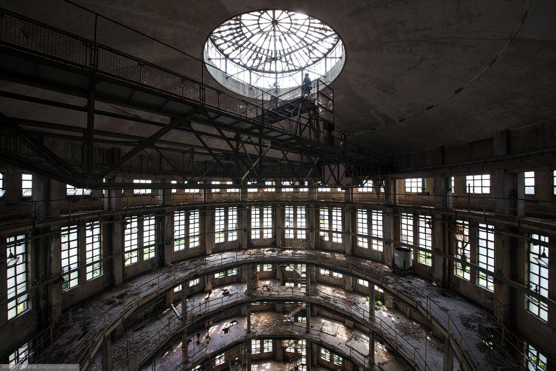 Вид с последнего этажа. Как видите, дыр в полу достаточно много, поэтому приходилось быть предельно