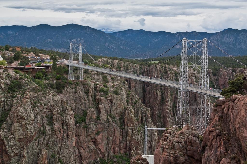 США. Колорадо. Мост Ройал Гордж. Сооружение расположено на высоте 321 метр над рекой Арканзас. (