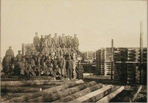 Солдаты и офицеры мостовой команды у собранных ряжей.