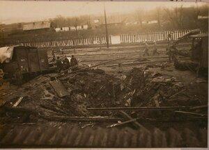 Солдаты у воронки от 42 см. снаряда, попавшего на железнодорожные пути.