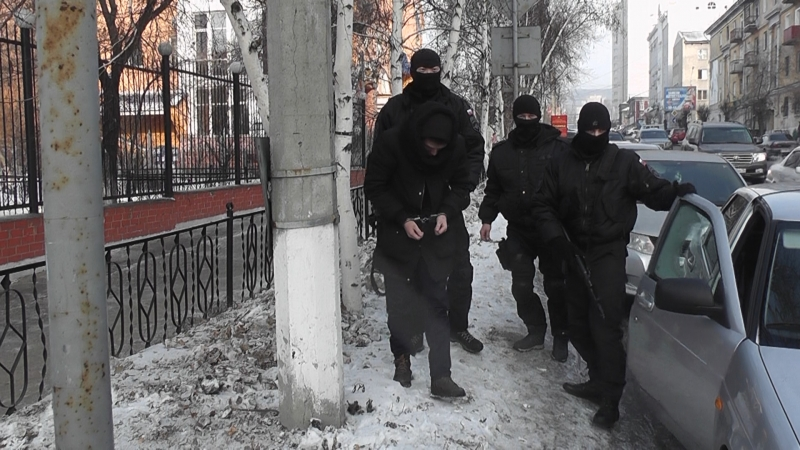 Пьяные полицейские, угрожая пистолетами, устроили драку около кафе вЧите