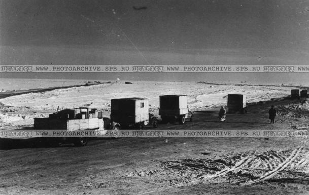 Грузовые автомобили, направляющиеся по трассе за грузом. 1942 г.