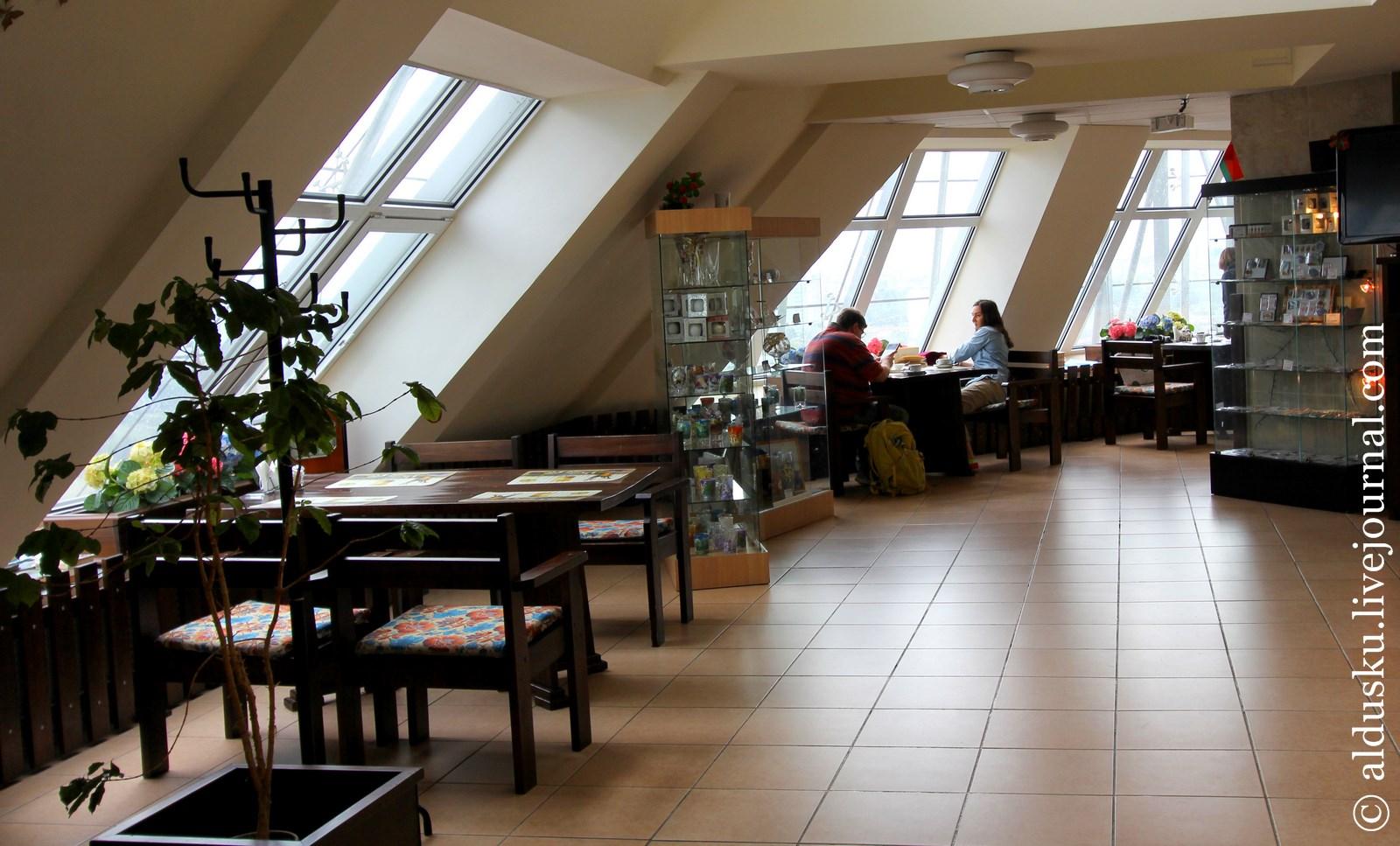 15. На 22 этаже раположено кафе и галерея. На момент посещения она была не заполнена