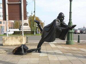 Шутка над полицейским, Брюссель, Бельгия. Скульптура установлена в 1985 году, которую заказал городской комитет Брюсселя..jpg