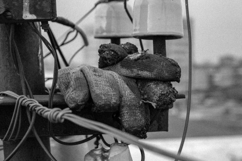 фотография рабочих перчаток в битуме, ремонт мягкой кровли в Каменске . кап ремонт