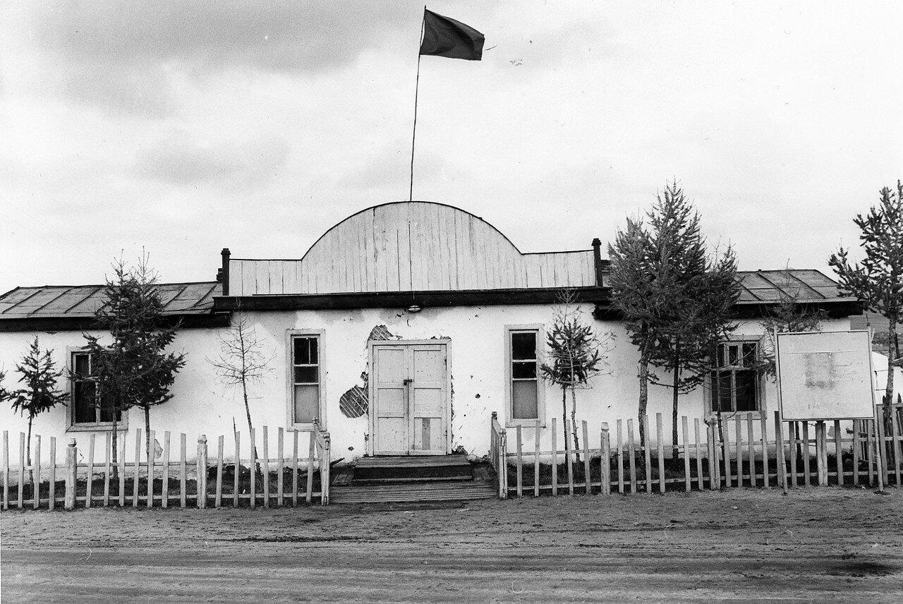 Поселок в степи. Здание местной парторганизации