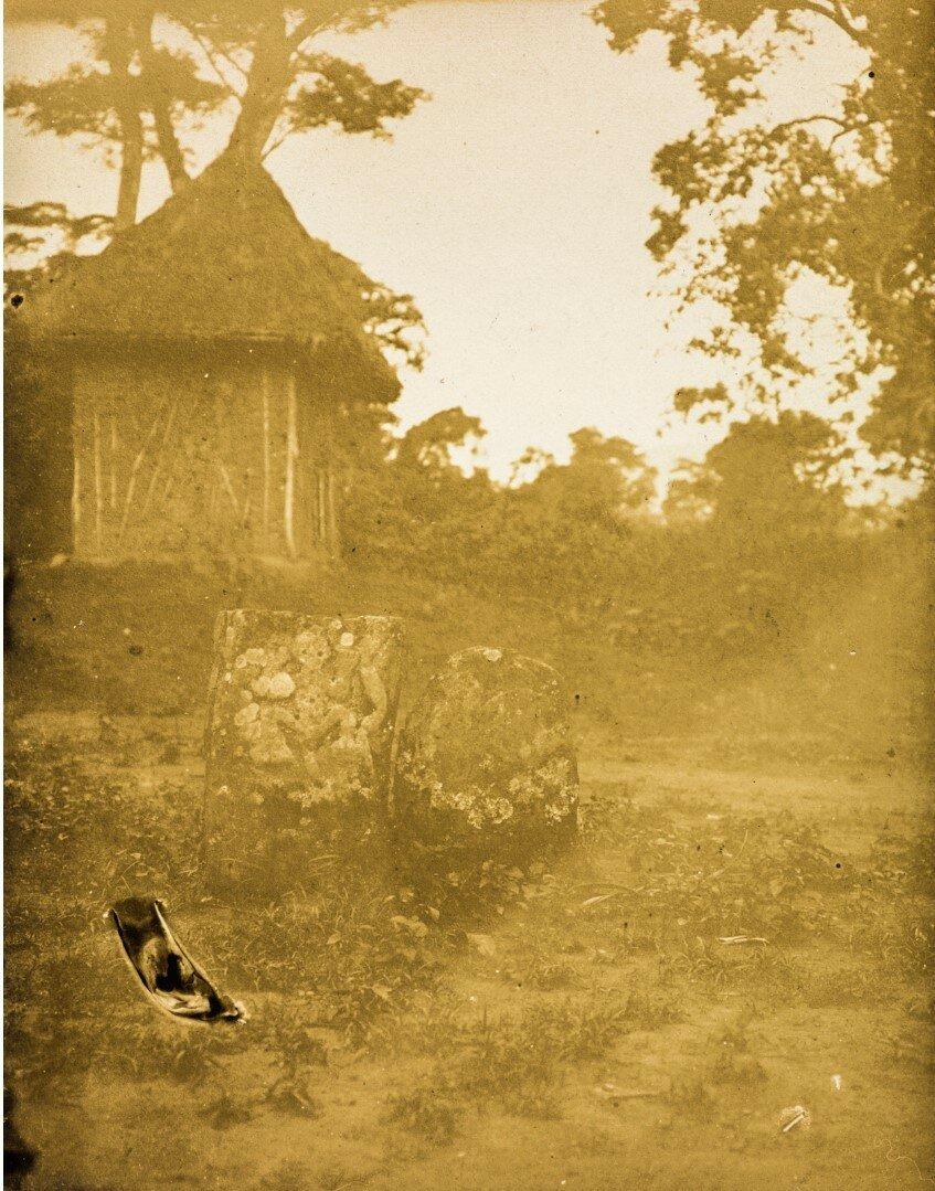 Вид двух декоративных камней перед хижиной айнов