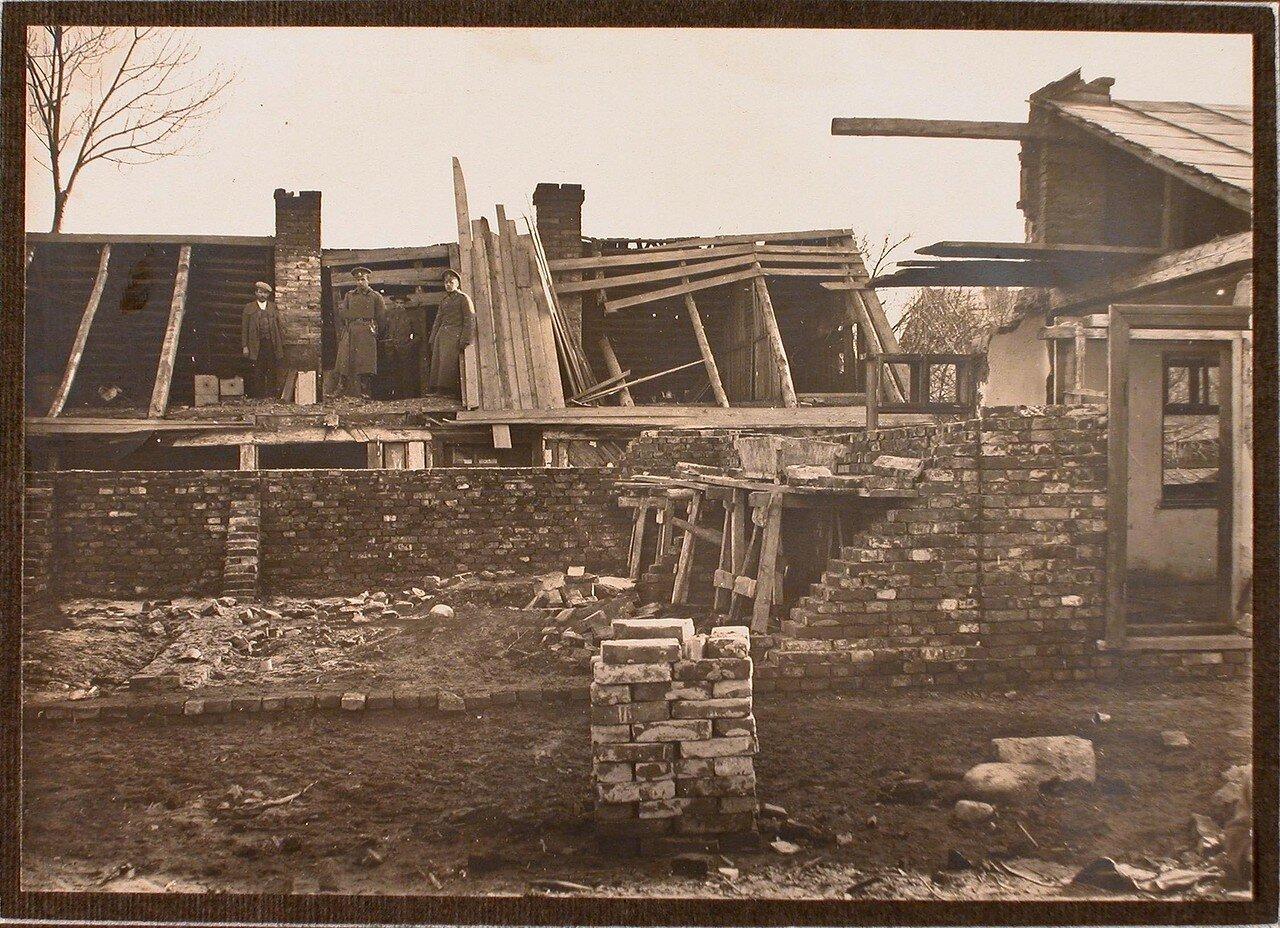 01. Группа военных и гражданских лиц у дома, разрушенного бомбой (сброшенной летчиком 6-го декабря 1914 г. на Страхорской улице)