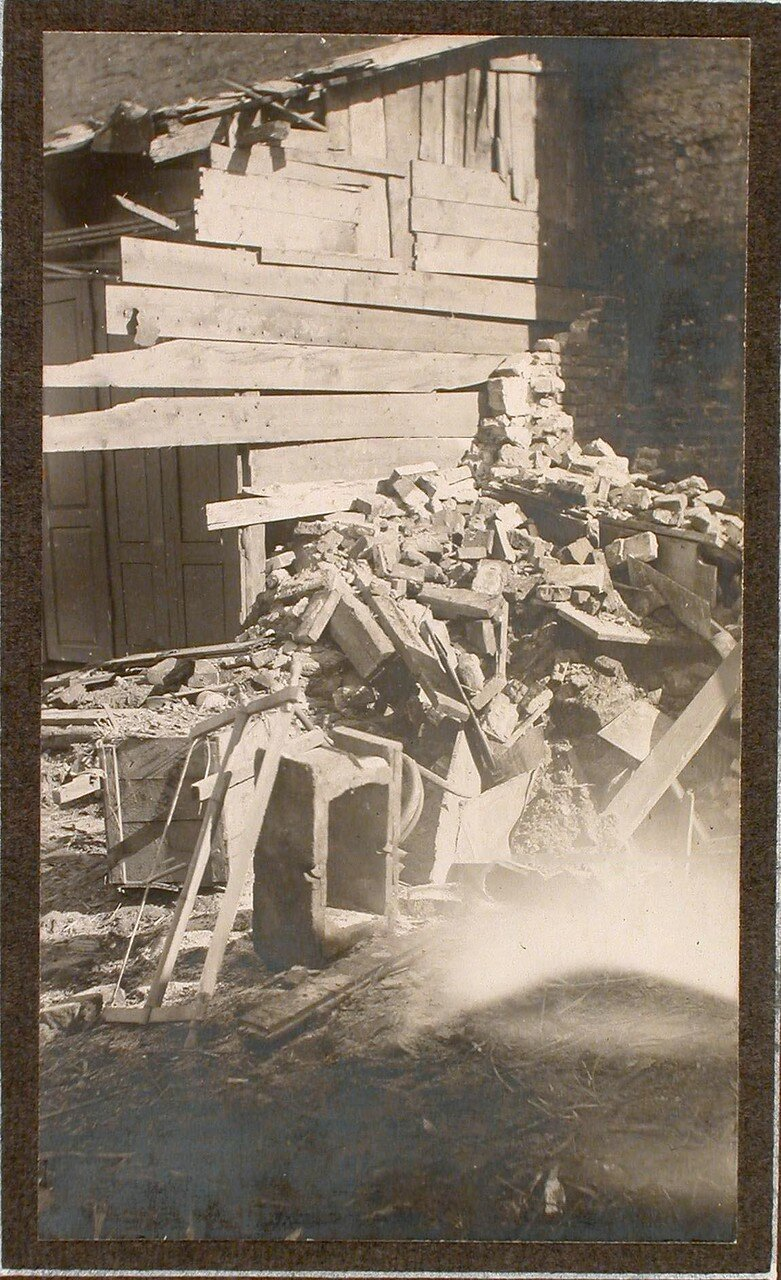 04. Вид разрушенного здания на месте падения бомбы, сброшенной летчиком 10 февраля 1915 г. (на ул. Гродска,13)