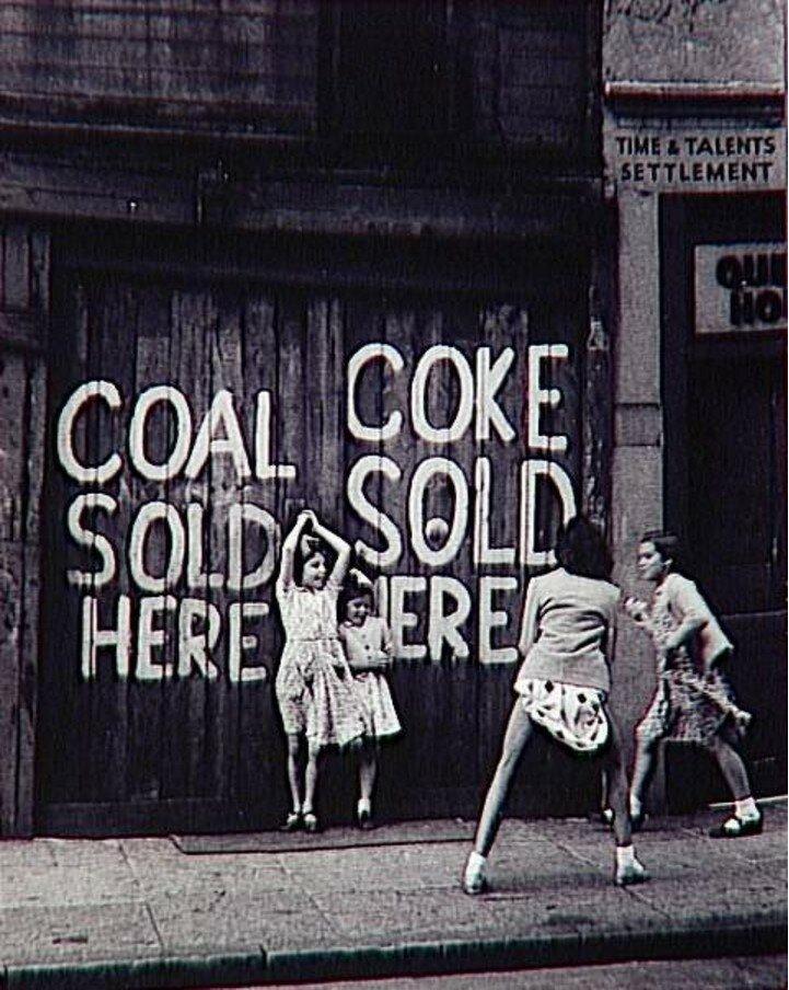1959. В доках Лондона (девочки играют)