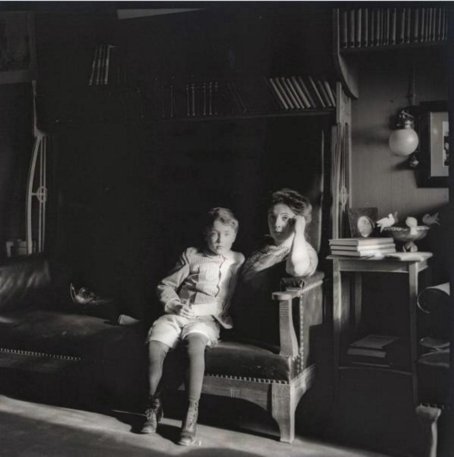 Женщина с мальчиком на диване