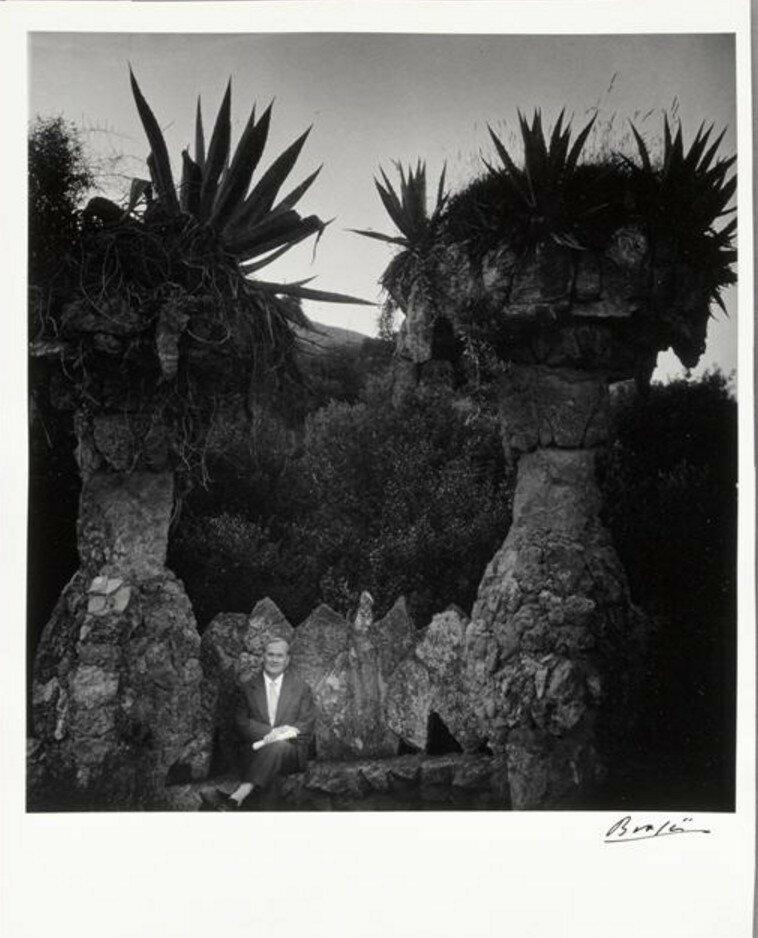 1955. Миро сидит в парке Гуэль, спроектированном Гауди