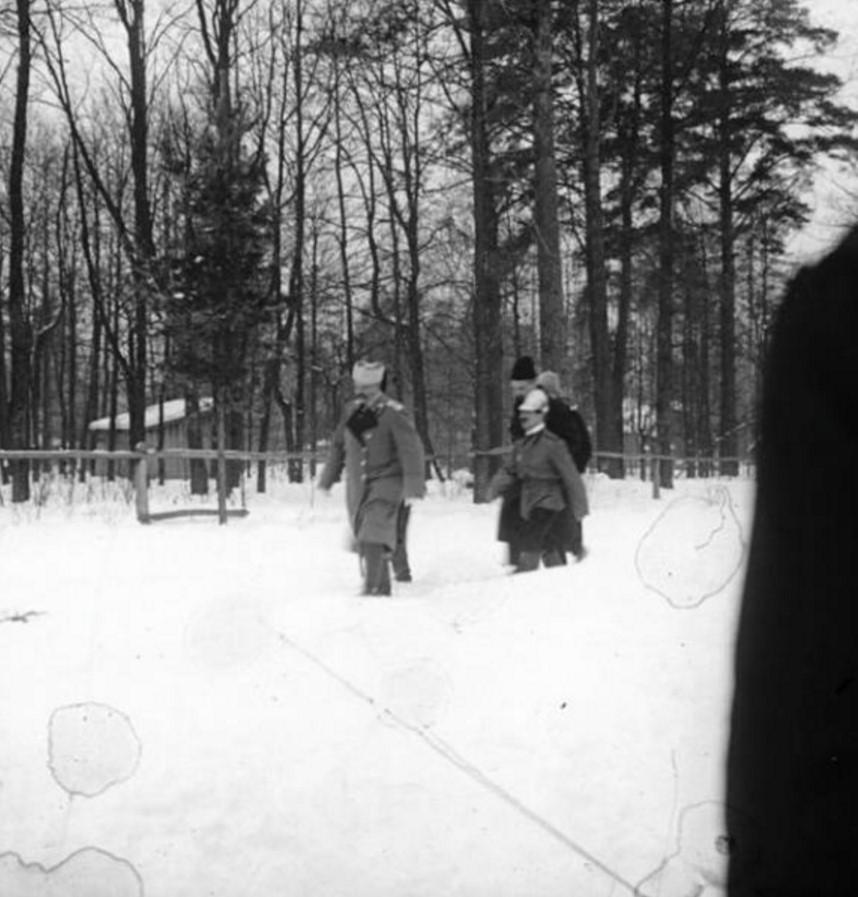 В зимнем парке. Впереди московский градоначальник Владимир Фёдорович Джунковский