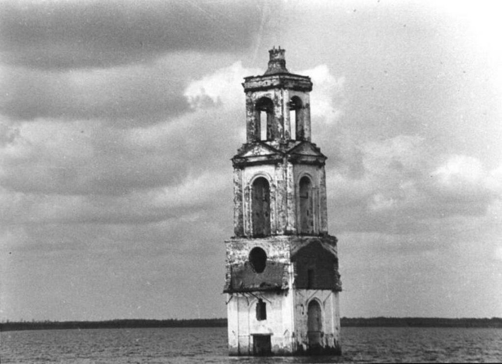 162544 Рыбинское вдхр, затопленная колокольня церкви села Роя 40-50-е.jpg