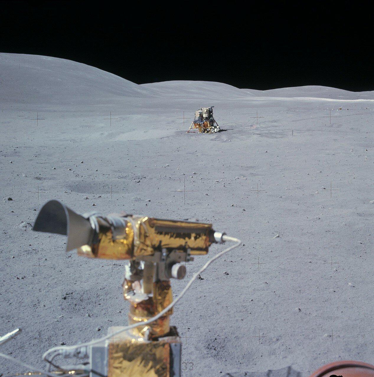 Вернувшись к лунному модулю, астронавты поставили «Ровер» в 70 метрах к юго-западу от него и в 50 метрах к северу от приборов ALSEP. На снимке: ЛМ «Орион», снятый Дьюком в конце третьей поездки. Вид с севера на юг. Справа видны приборы ALSEP