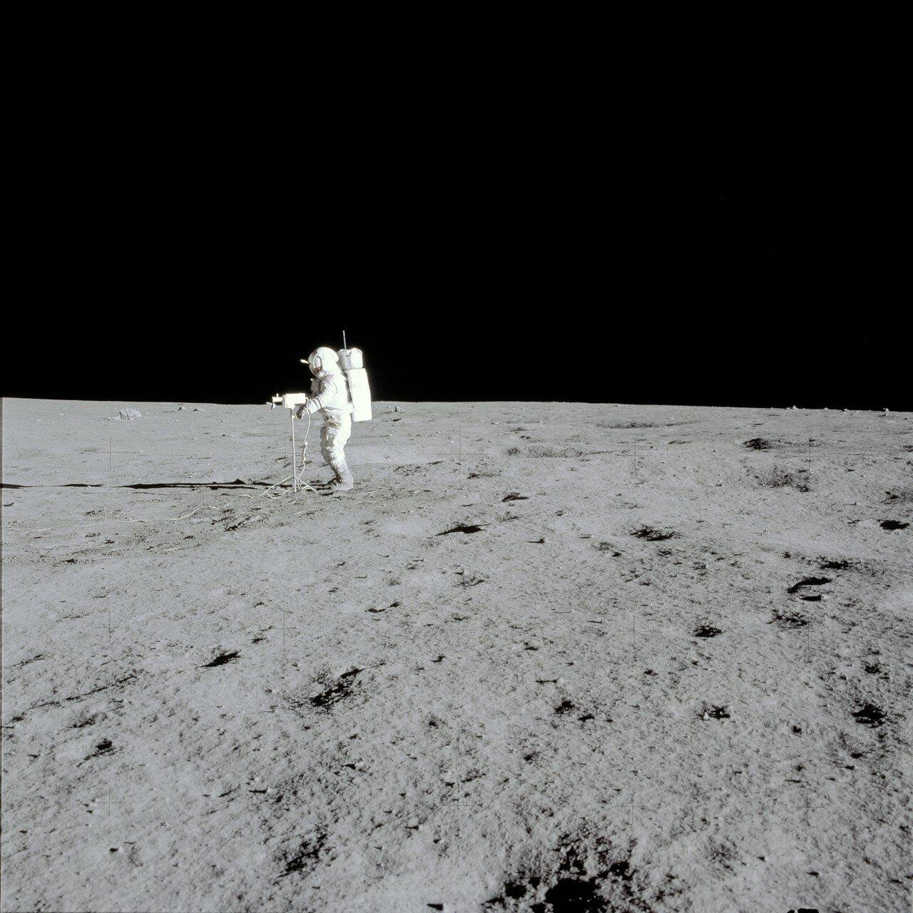 Митчелл, взяв телекамеру в руки, показал окружающий ландшафт, сопровождая это комментариями. На снимке: Митчелл управляя телекамерой показывает окружающий ландшафт