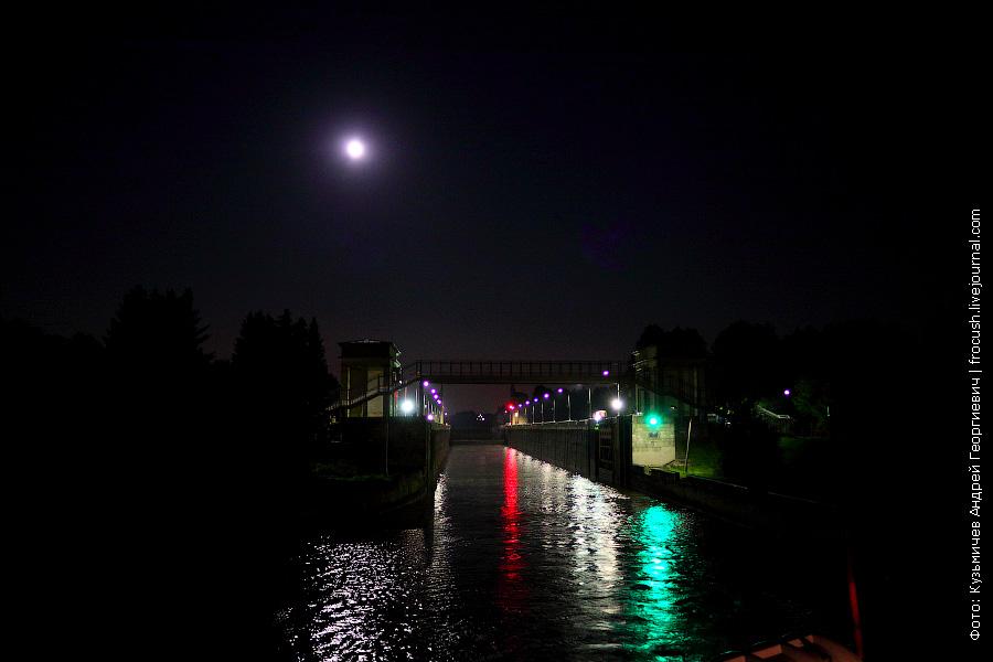 Шлюз №6 канала имени Москвы ночью