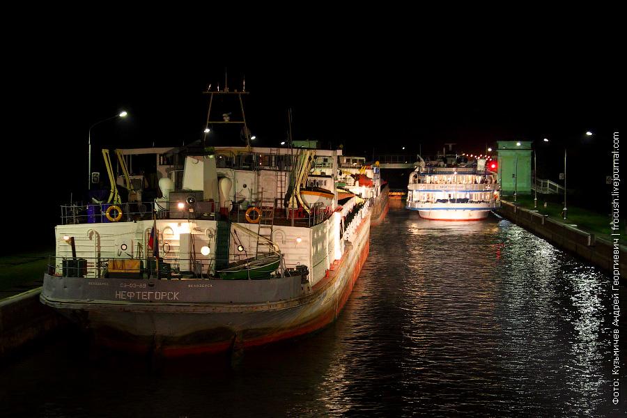 сухогрузное судно «Нефтегорск» (проект 576, тип «Шестая пятилетка», 1966 года постройки) и теплоход «Григорий Пирогов»