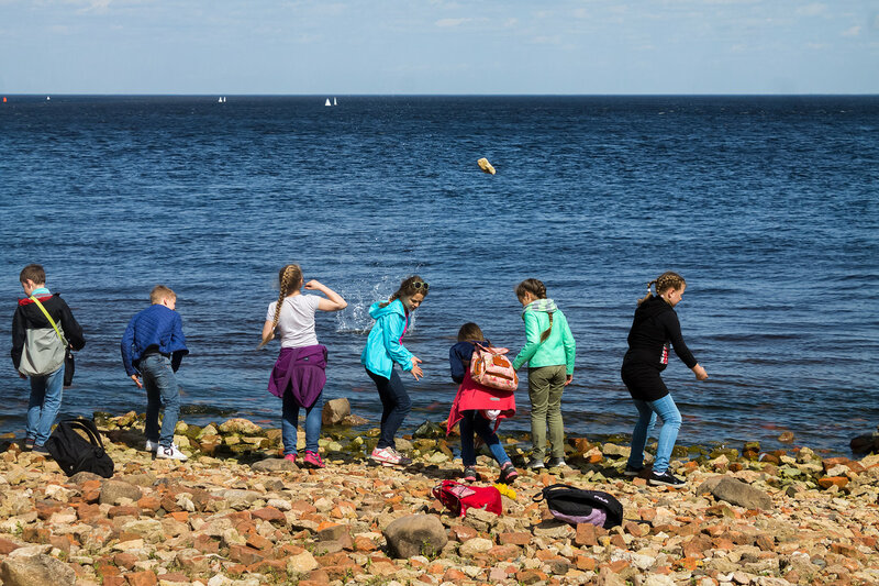 У берега дети.