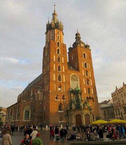 Соборная площадь в Кракове днем. Вид на Мариацкий собор.