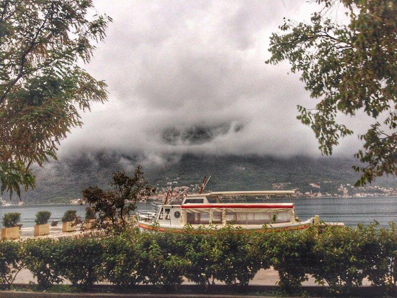 Бока Которская бухта осенью в дождь