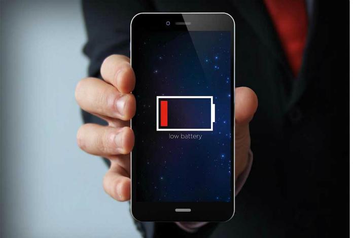 Не ждите пока смартфон полностью разрядится. Полностью разряжать и заряжать телефон имеет смысл толь