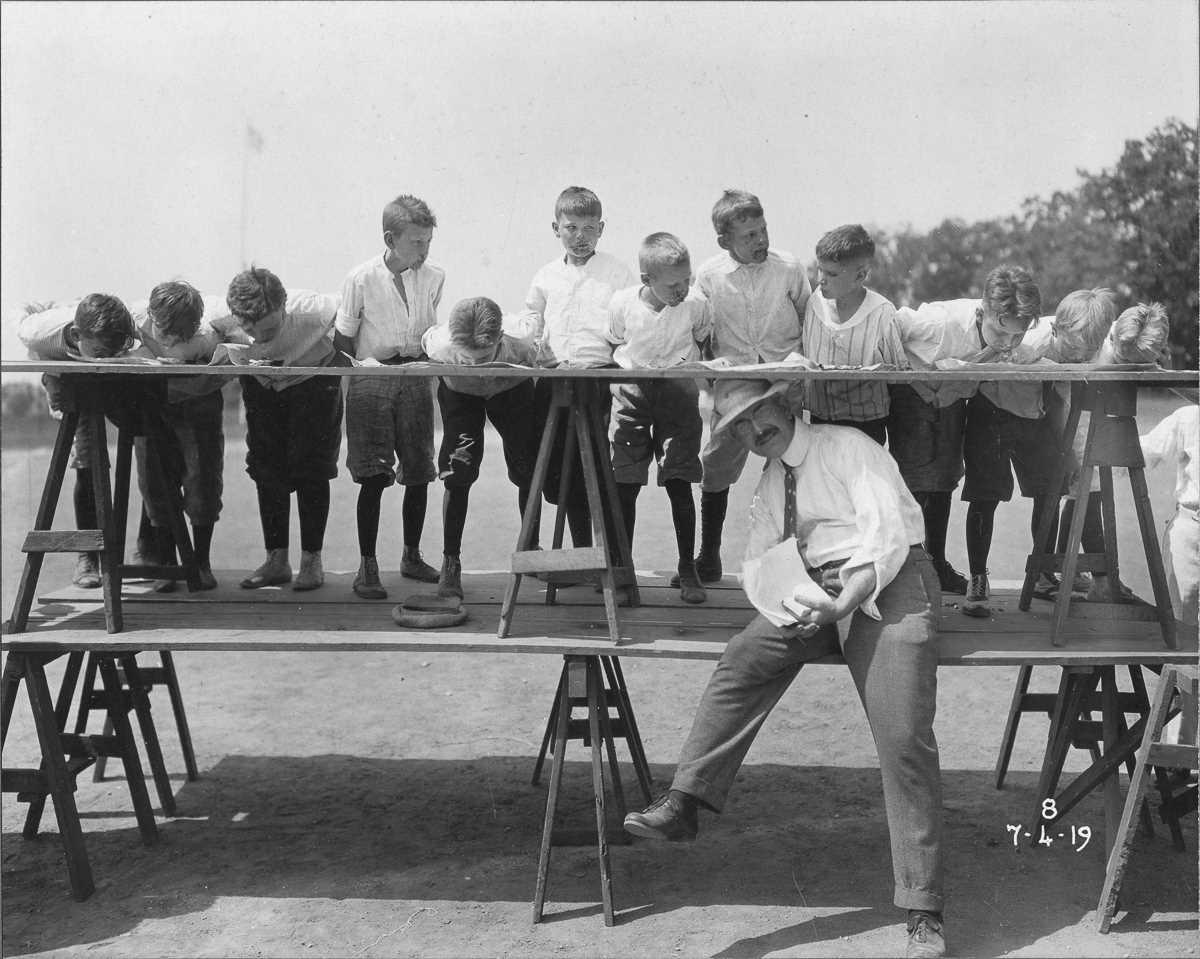 2. 4 июля 1919 года. Конкурс по поеданию пирогов в рамках празднования Дня независимости.