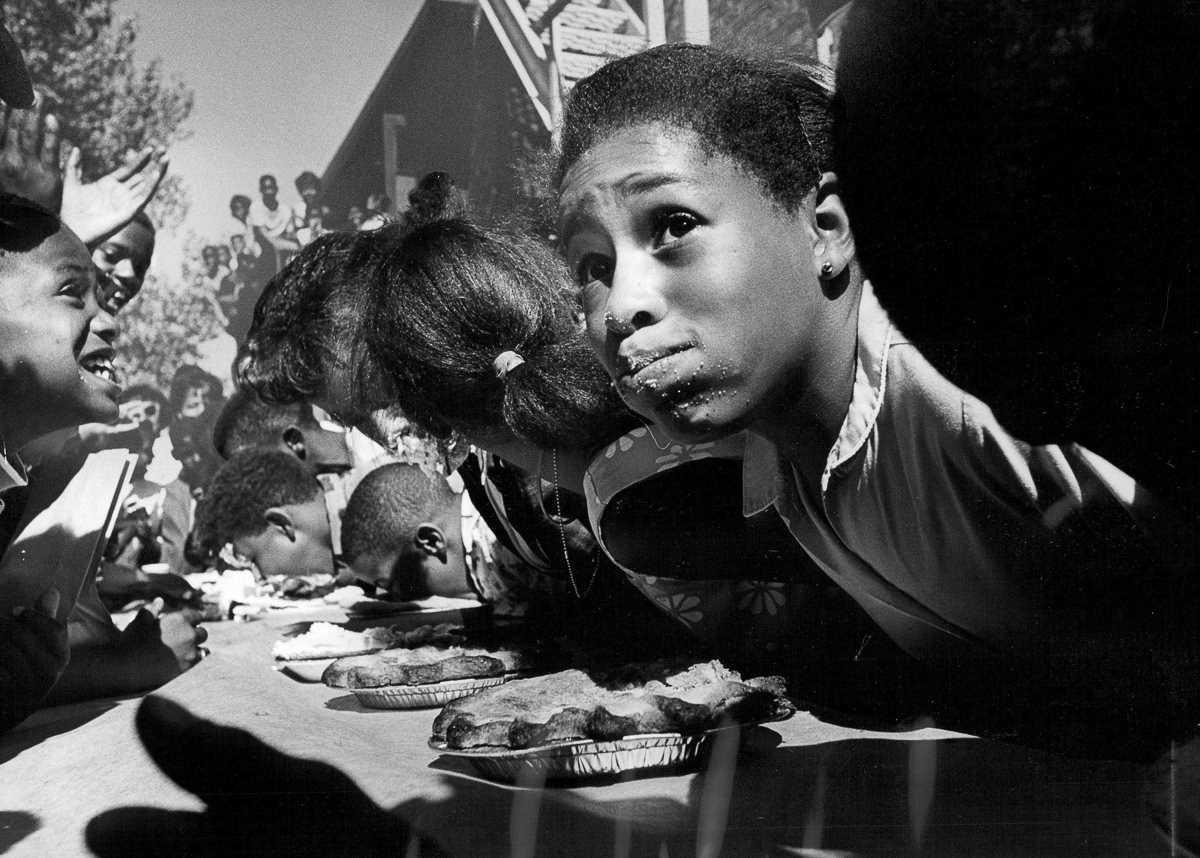 16. 22 августа 1968 года. 12-летний Мишель Биллингслай во время конкурса по поеданию пирогов в Денве