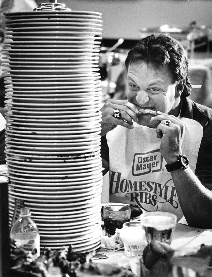 21. 2 сентября 1987 года. Игрок команды «Денвер Бронкос» участвует в благотворительном конкурсе по п