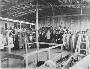 Раненые, больные и персонал на палубе Кубанской баржи-лазарета