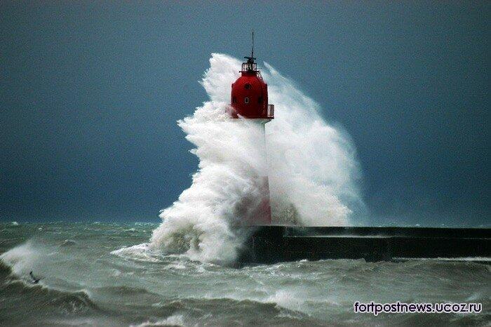 маяк во время шторма