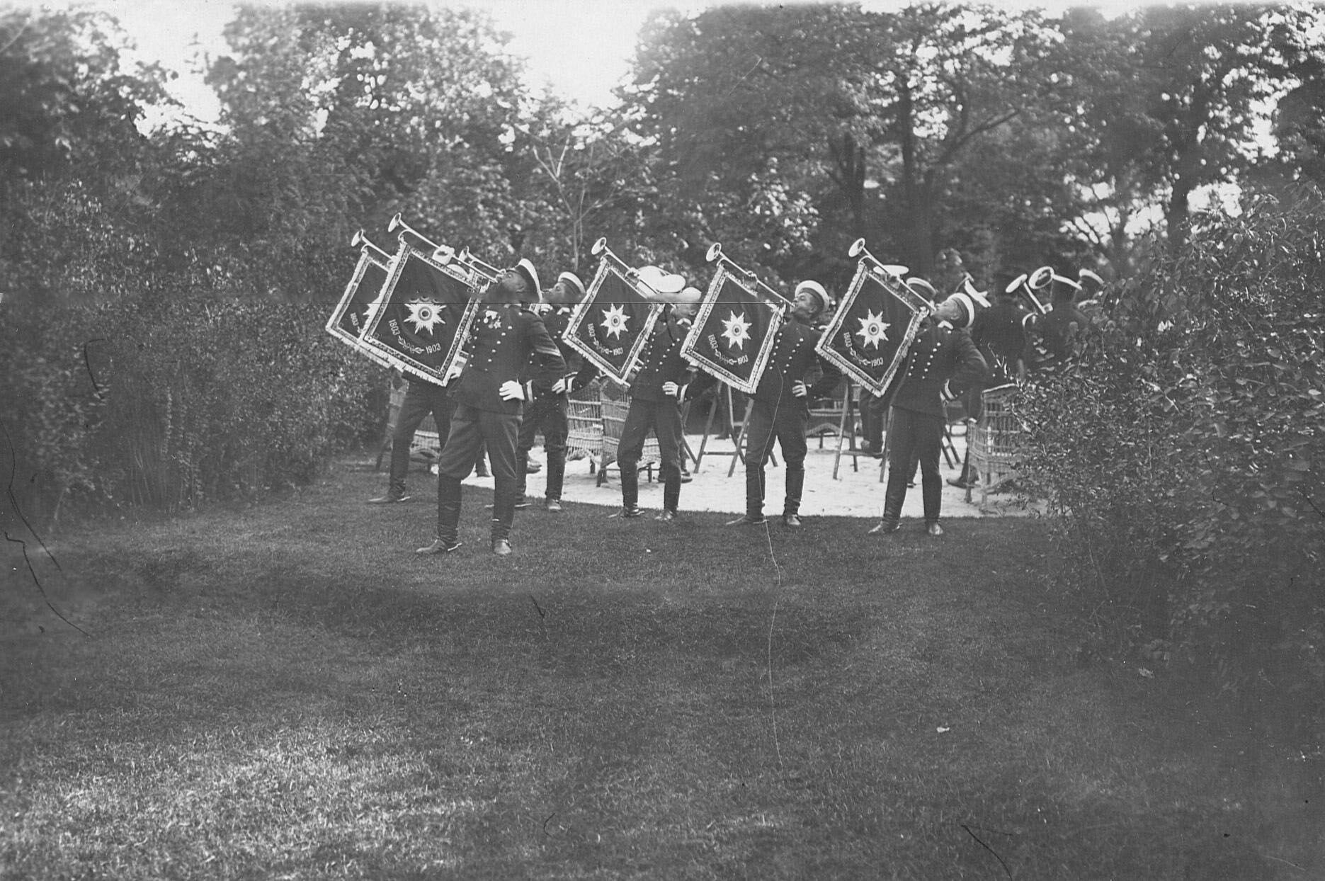 Фанфаристы в саду офицерского собрания  в день 250-летнего юбилея полка