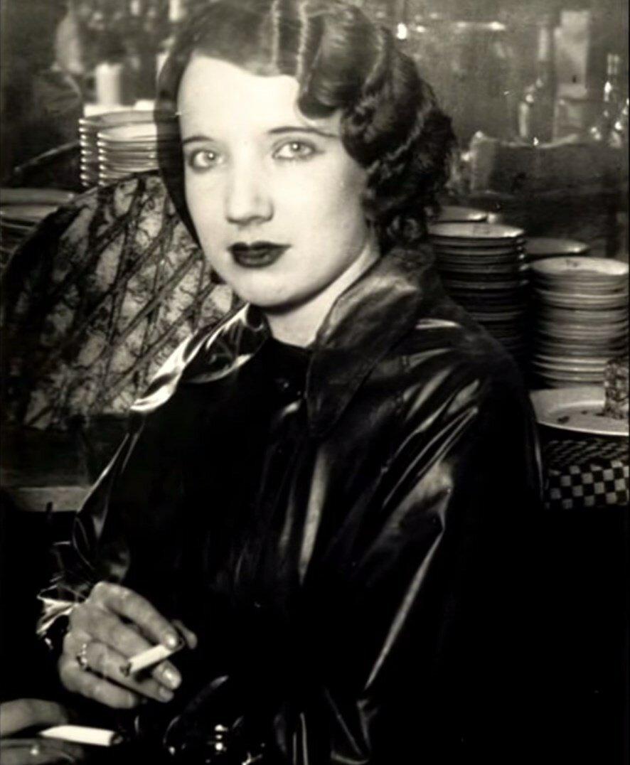 1932. Проститутка в баре на бульваре дё Рошешуар, Монмартр, Париж
