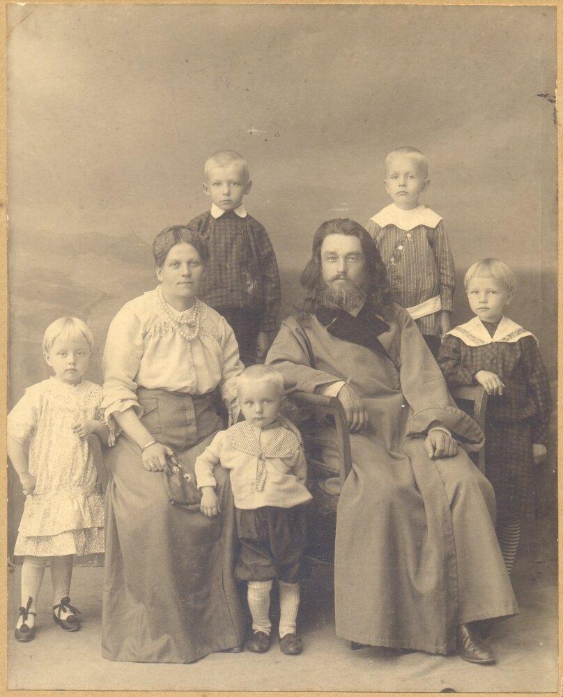 Священник с.Окунево Михаил Дрягин со своей семьей