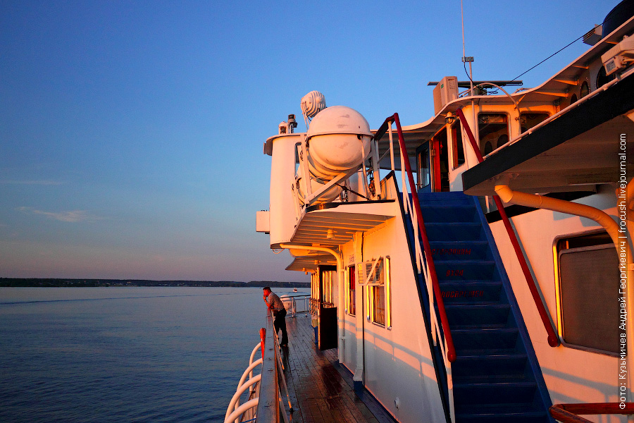 Левый борт шлюпочной палубы вечером